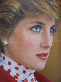 Princess Diana in her classic 1980's makeup with blue eyeliner. Princess Diana Family, Princess Of Wales, Real Princess, Lady Diana Spencer, Princesa Diana, 1980s Makeup, Bright Blue Eyes, Blue Eyeliner, Diana Fashion
