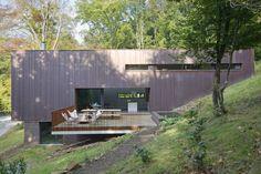 une maison moderne extraordinaire en pente raide par Grondal architecture  - Belgique
