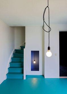 Coloured floors Love this blue flooring.this is a great idea for garage floor. Colour Architecture, Interior Architecture, Interior And Exterior, Painted Stairs, Painted Floors, Blue Floor, Interior Decorating, Interior Design, Epoxy Floor