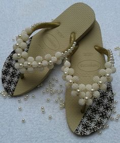 Havaianas slippers embroidered with pearls, rhinestones, lonitas, appliques. We work with various colors and sizes Beaded Beads, Beaded Jewelry Patterns, Trendy Sandals, Cute Sandals, Diy Embroidery Thread, Decorating Flip Flops, Shoes Flats Sandals, Flip Flop Shoes, Glass Slipper