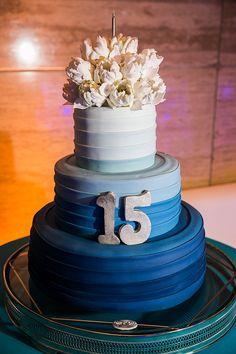 A festa de 15 anos de Manuela Oliveira teve decoração inspirada na água! A comemoração aconteceu na Villa Jockey e teve docinhos da Piece of Cake.