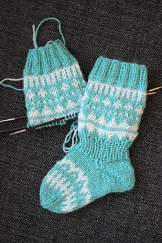 Sweet things: Kaiku - kirjoneulesukat vauvalle ♥ OHJE! Wool Socks, Knitting Socks, Crochet Baby, Knit Crochet, Knit Baby Dress, Slipper Socks, Baby Socks, Baby Knitting Patterns, Baby Booties
