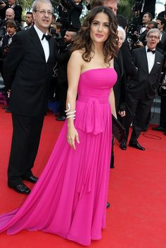 Pin for Later: Le glamour est au rendez-vous au festival de Cannes !  Samedi, Salma Hayek était à croquer en rose sur le tapis rouge du Prophet .