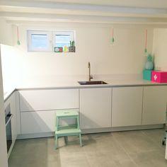 #kitchen #keuken #whitekitchen #newkitchen #witwonenmetkleur #white #neon #pastels #betonlook #tiles #ikea #hema #hemanederland #presenttime #snoerboer #saniluxbvba #impermo #jaren20woning #souterrain #lovemyhome 💕