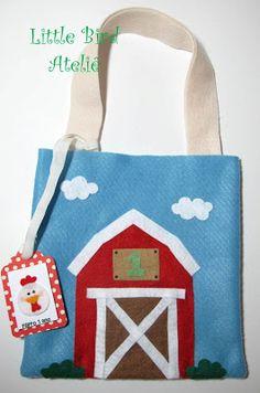 Sacolinha em feltro com o celeiro da fazendinha! Olha a tag personalizada e com aplicação de bichinho em feltro que perfeita!