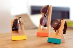 Se você também tem o hábito de perder chaves e objetos do cotidiano, a agência Porluck criou o House of Objects. Três peças charmosas de madeira para você pendurar suas chaves, óculos e relógio.