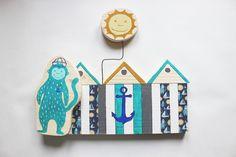 Decorazione in legno da libreria a forma di cabine balneari, una scimmietta e un sole sospeso in alto. di IlluminoHomeIdeas su Etsy