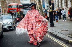 The Best Street Style Looks From London Fashion Week Fall 2020 - Fashionista New York Fashion, Star Fashion, London Fashion, Fashion Trends, Autumn Street Style, Street Style Looks, Bright Winter Outfits, Style Snaps, Animal Print Dresses