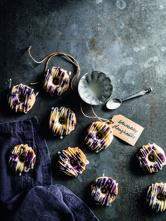 These baked blueberry doughnuts with lemon glaze look fantastic, taste delicious and are surprisingly easy to make. Plus, because they're baked not fried, they're healthier than your average doughnut.