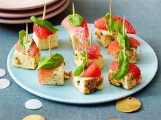 Unser beliebtes Rezept für Feta-Grapefruit-Spieße und mehr als 55.000 weitere kostenlose Rezepte auf LECKER.de. Tapas, Brunch Buffet, Feta, Party Snacks, Caramel Apples, Street Food, Finger Foods, Avocado Toast, Sushi
