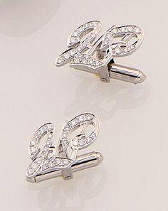 """Référence : 1511024004 Paire de boutons de manchettes en or gris à décor du monogramme """"J.L.P."""" pavés de petits brillants. Poids brut: 11 g."""