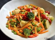 Legume la tigaie (sote) proaspete sau congelate Jacque Pepin, Legumes Recipe, Romanian Food, Wok, Food Art, Pasta Salad, Food Inspiration, Broccoli, Side Dishes