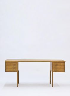 © Nanna Ditzel. Mid-Century Oak Desk for Søren Wiladsen, 1950s. Sold by Pamono.