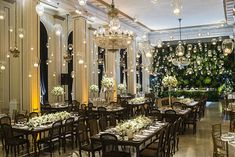 Decoração de casamento clássico - branco verde e azul marinho - velinhas suspensas e lustre - muro verde ( Decoração: Patricia Vaks | Local: Hotel Copacabana Palace | Foto: Sergio Greiff )