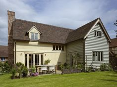 Border Oak - Pearmain Cottage - Rear view with painted weatherboard elevation. Exterior Wall Cladding, Brick Cladding, House Cladding, Weatherboard Exterior, House Extension Plans, Extension Ideas, Cottage Extension, Rendered Houses, Dormer Bungalow