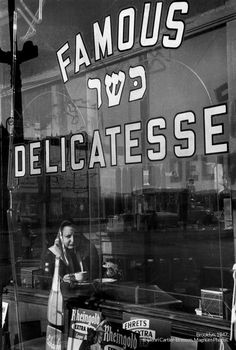 Henri Cartier-Bresson, Brooklyn, New York, USA, 1947 © Henri Cartier-Bresson/Magnum Photos Magnum Photos, Walker Evans, Vivian Maier, Marie Curie, Candid Photography, Street Photography, Henri Matisse, Henri Cartier Bresson Photos, Ernesto Che Guevara