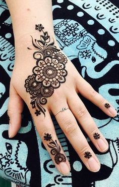 Simple flower Mehndi Design Mehndi henna designs are always searchable by Pakistani women and girls. Women, girls and also kids apply henna on their hands, feet and also on neck to look more gorgeous and traditional. Pretty Henna Designs, Finger Henna Designs, Beginner Henna Designs, Simple Arabic Mehndi Designs, Henna Art Designs, Stylish Mehndi Designs, Mehndi Designs For Kids, Mehndi Design Photos, Dulhan Mehndi Designs