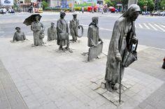 Pomnik Anonimowego Przechodnia na skrzyżowaniu ulic Świdnickiej i Piłsudskiego