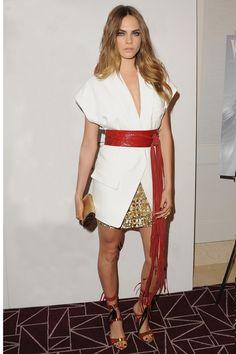 Cara Delevingne en Alexandre Vauthier veste blanche ceinture rouge kimono jupe en sequins dorés http://www.vogue.fr/mode/look-du-jour/articles/cara-delevingne-en-alexandre-vauthier/27027