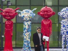 Bunte Statuen stehen vor einem Pekinger Einkaufszentrum Spalier.