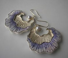 Earrings by Jolanta Bromke Form partially filled with silver embroidery in delicate violet tones with pearl accents, Pearl Breeding of subtle violet color shackled in silver Carga. Enamel Jewelry, Pearl Jewelry, Silver Jewelry, Silver Ring, Jewelry Crafts, Jewelry Art, Jewelry Design, Jewellery, Earrings Handmade