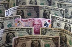 Банкноты доллара США и мексиканского песо. Мехико, 6 июля 2015 года. Доллар стабилизировался в пятницу благодаря комментариям высокопоставленного представителя Федеральной резервной системы, указавшим на то, что повышение процентных ставок в США в этом году все еще возможно на фоне возникновения инфляционного давления. REUTERS/Edgard Garrido