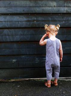 Inspiriert durch meine Tochter Maud und mein Hintergrund als eine Textilkünstlerin habe ich eine Reihe von alternativen Stil Kleidung für kleine Leute produziert. Mit einem Knopf vorne und Poppers bei den Schritt für das einfache wickeln ändern, dies ist eine perfekte Frühjahr/Sommer-Outfit oder Team mit einer langen Ärmeln T-shirt für die kälteren Tage. Dieser Strampler hat eine kürzere Bein die basiert auf viktorianisch Schwimmen Kostüme und ist erhältlich in einer Auswahl von Stoffen…