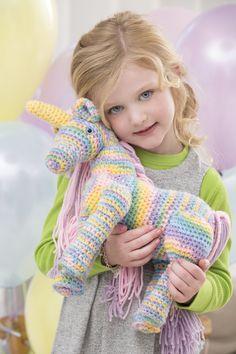 Crea un maravilloso, colorido unicornio y alegra a una pequeña señorita. Se recomienda tejer apretado para que el relleno del unicornio no sea visible entre los puntos.