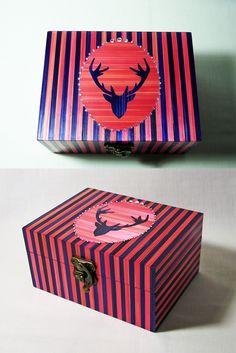 Coffret en marqueterie de paille rose et violette décoré d'un trophée tête de cerf rehaussé de cristaux Swarovski. http://jylitis-creations.alittlemarket.com/