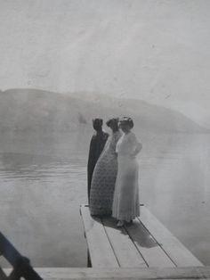Leopoldsmuseum : Fotografie von Klimt mit Emilie und Helene Flöge am Attersee, um 1910.