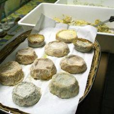 """ZINCARLIN DE VARES P.A.T. Formaggio grasso, di breve o media stagionatura, a pasta molle, cremosa. Formaggi di capra a coagulazione lattica miscelati con formaggi a coagulazione presamica. In più, pepe, aglio e prezzemolo. Il tutto finisce in vasi di terracotta chiamati """"ule""""."""