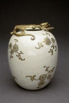 """Vase à décor de fleur et de dragon  Sur l'ouverture s'enroule un dragon """"chi"""" en…"""