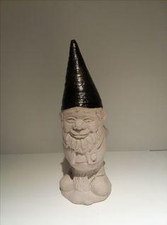 Gartenzwerg aus Beton mit glänzender Mütze. Höhe ca. 20cm. Gewicht ca. 800gr. Farbe der Mütze ist Grau. Von Hand gegossen, von Hand bemalt.