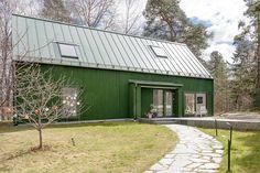"Modern ""lada"" till salu – följ med in i arkitektdrömmen Scandinavian Architecture, Modern Architecture, House By The Sea, My House, Sauna House, Green Facade, Small Buildings, Garden Studio, House Elevation"