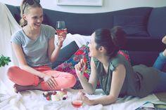 DAS SIXPACK FÜR DIE FRAU | Ein Weinpaket für Frauen, die keine Lust auf den normalen, stereotypischen Bullshit mit Prinzessinnen-Charme, süßem Rosé und pinkem Schnickschnack haben. Hier geht's um guten Wein zu einem fairen Preis und nicht darum, Klischees zu bedienen! #girls #day #drink #talk #wine #best #friends