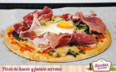 Pizza de huevo y jamon serrano  Receta: http://www.lasrecetascocina.com/2014/03/09/pizza-rapida-de-huevos-y-jamon-serrano/