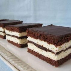 Cake Kinder Pinguì, itt van a recept Hungarian Cake, Hungarian Recipes, Cookie Recipes, Dessert Recipes, Romanian Desserts, Kolaci I Torte, Food Cakes, Sweet Recipes, Bakery
