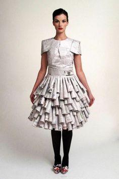 newspaper dress I believe - By Australian designer Renate Henschke. Paper Fashion, Fashion Art, Fashion Show, Fashion Design, Recycled Costumes, Recycled Dress, Recycled Clothing, Recycled Cans, Paper Clothes