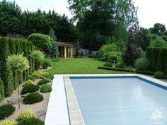 VLEVO OD BAZÉNU   Menší plocha trávníku pro dotvoření zahrady a zvětšení pochozí plochy