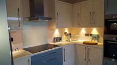 Gostou da iluminação dessa cozinha? Confira todas as ideias!