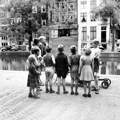 1950. Children watching a puppet show at the Keizersgracht in Amsterdam. Photo: AHF, Collectie IISG / Ben van Meerendonk. #amsterdam #1950 #keizersgracht