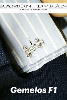 ¿Buscas un regalo diferente para cumpleaños, aniversarios, bodas, primera comunión...? Comprar gemelos de plata F1 para camisa fabricados en Plata de 925, gemelos de camisa con coche de carreras. Tienes la opción de pedirlos con baño de rodio. Esta joya se entrega con estuche. Venta de gemelos en plata con forma de formula uno diseñados por Ramón Durán Joyero. Ramón Durán Joyero Calle Donoso Cortés, 85, Madrid ☎️ 91 549 33 64 ⠀ #gemelosdecamisa #gemelosplatapersonalizados #joyeriaparahombres Ramones, Madrid, Shopping, Shape, Twins, First Holy Communion, Jewel Box, Racing, Street