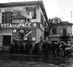 Le pareti di un circolo comunista tappezzate di manifesti elettorali del PCI, nel 1953  (Silvio Durante / LaPresse)