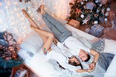 Christmas Couple, Christmas Photos, Couples Anniversary Photography, Poses, Couple Goals, New Year Photoshoot, Home Photo Shoots, Family Photos, Boyfriends