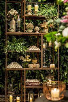 UAU para esta decoração da Mariana Bassi! Eu simplesmente amo esses lustres tão modernos que ela usa, criando um mix perfeito com os arranjos de flores e outros materiais. Ela conta mais detalhes: …