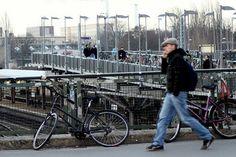 Hora do rush em Berlim. A estação de Warschauer Straße,  é uma estação de transferência em Berlim, na Warschauer Strasse. A estação do S-Bahn está localizada abaixo da ponte Varsóvia (na foto) e a estação elevada do metrô acima da ponte Varsóvia, paralela à Warschauer Strasse.  Fotografia: João Bambu no Flickr.