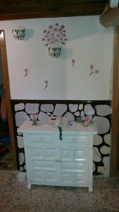 Mural piedras y flores en pared