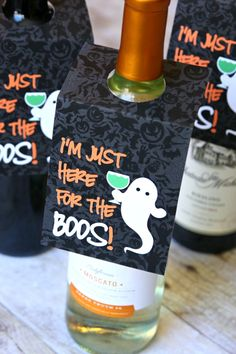 Headed to a Halloween party? Grab a bottle of wine and print out these free Halloween Wine Tags. This is an easy hostess gift that everyone will love. Halloween Boo, Halloween Cards, Holidays Halloween, Halloween Treats, Halloween Printable, Halloween Decorations, Halloween Teacher Gifts, Halloween Gift Baskets, Halloween Templates