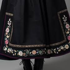Relatert bilde Folk Fashion, Mens Fashion, Folk Costume, Costumes, Frozen Costume, Fairy Dress, Unique Flowers, Traditional Outfits, Folk Style