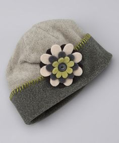Fleece hat with flower ~ tres chic, j'adore! Fleece Crafts, Fleece Projects, Sewing For Kids, Baby Sewing, Sewing Crafts, Sewing Projects, Diy Hat, Kids Hats, Bandeau